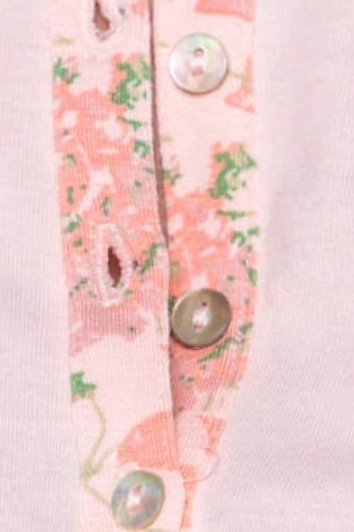 Knoflíčky a květinový vzor na dámském pyžamu