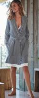 Elegantní šedý dámský župan s krajkou na spodním lemu